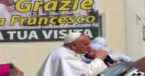 Pompei: tra la folla Papa Francesco bacia un bimbo di Angri