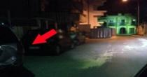 Pirata della strada tampona un'auto in sosta e scappa